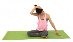 さらに、下ろした目線を左指先から肘、肩、胸などへと移動させながら、伸ばして気持ちのいい加減でゆっくり呼吸を繰り返しましょう