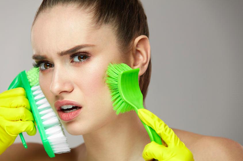 いちご鼻、洗いすぎはNG!?目立つ毛穴の原因と対策