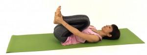床に仰向けになります。両ひざを胸に近づけてコロコロと身体をゆすり、腰、お尻、ハムストリングスの疲れを解消しましょう