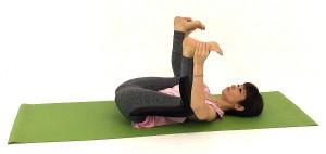 そのまま、足の外側のすね、足首、かかとなどを掴み、足を天井の方に伸ばします。両ひざは腰幅よりも大きく開きましょう。この時、ひざが直角になる位置に手を置いてください