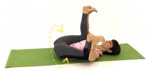吐く息とともに掴んでいる足を真下に押し、約1分ほど左右にゆれましょう