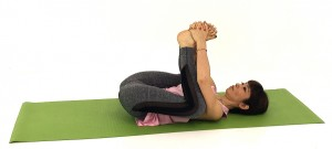 さらに、足の裏を合わせて、両手でつま先をやさしく包み込みます