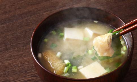 味噌+〇〇で腸内すっきり!「デトックス味噌汁」のレシピ