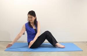 伸ばした腕を右側の腰より後ろの位置に下ろします
