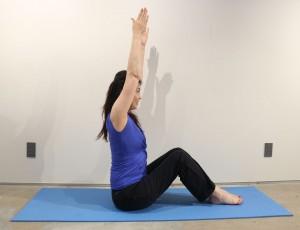 左右のひざをつけ、足を立てて座ります。背筋を伸ばして、腕を上に伸ばしましょう