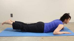息を吸って吐きながら上半身をゆっくりと床に近づけ、両足を床から浮かせます。この時、左右のヒップをひきよせましょう