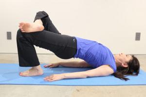 息を吸って吐きながら骨盤をアップさせ、床につけないように下げます。これを、30回繰り返します。反対側も同様に行いましょう