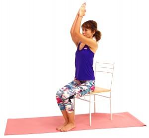 吸う息とともに、両肘を鼻の高さまで引き上げ、吐く息とともに胸の前に戻します。手のひらと肘がなるべく離れないように注意しながら、ゆっくりと動作を8回繰り返してください