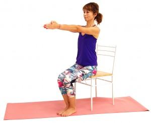 親指を絡めて両手のひらを合わせ、胸の前に伸ばします。この時、肩甲骨を下にさげる意識で肩が上がらないように注意してください。