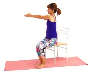 吐く息とともに、指先を右側に移動します。動作中は、常に指先が胸の真ん中のラインにあるように意識してください