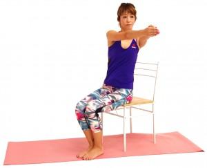 ゆっくりと正面に戻り、反対側も同様に動作しましょう。動作中は、肩甲骨から指先まで均等に力を押し出すイメージで、肩がガチガチにならないように注意してください