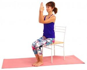 次に(1)の状態から肘を曲げ、両肘、手のひらを押し合いながら肘を胸の高さにつけます。