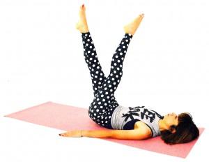 吐く息とともに、左足が上になるように足をクロスします