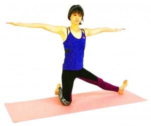 左足を横に伸ばします。(目安は、右ひざの延長上)右つま先を床につけるのがむずかしければ、天井方向に向けたままでOKです。両手のひらは天井方向に向け、肩の高さに伸ばします。