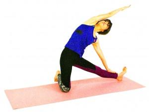 さらにゆっくりと身体を真横に倒し、左手の甲を足首のあたりに下ろします。この時、右腰を右側に押し出すイメージで、体側をさらに深く伸ばしましょう