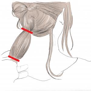 くるりんぱしたら、残っている毛束を1つ結びにします。この後も、結んだ髪の毛の表面を少しほぐしてあげましょう