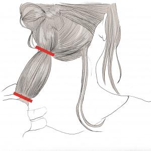 ポニーテールの毛先に、もう1回ゴムを結びます。(赤い印がゴム)毛先を結ぶことで、この後のアレンジがやりやすくなるので、「仕込み」として必ずゴムを結ぶようにしましょう