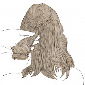 ハーフアップをするように、後ろの頭頂部の髪を結びます。この時、横の髪の毛は残しておきます。後ろの頭頂部だけを結ぶことで、頭の形が良く見えるので、絶壁が気になる方にもおすすめです