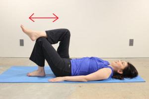 左ひざを立てて、右足首を左ひざにのせます。左ひざに右足ふくらはぎをつけた状態で上下に動かし、右のふくらはぎを刺激します。ふくらはぎに溜まった老廃物の排出を促します