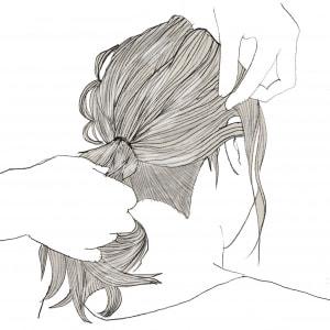 髪の毛をポニーテールにします
