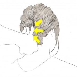 画像のように、巻きつけた毛束をアメピンで数か所留めていきます。さまざまな方向から留めてあげると崩れずにまとまってくれますよ