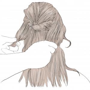 残しておいた横の髪の毛を、両方とも後ろに持ってきて結びます。結ぶ位置は、(1)の結び目の下に結ぶのがポイントです