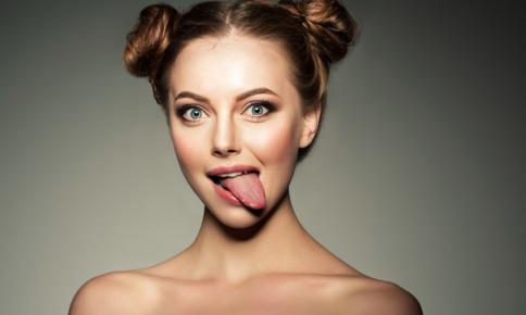 舌筋の衰えで顔がたるむ!?小顔が叶う「舌トレ」