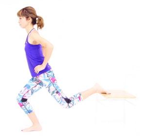 ゆっくり吸う息とともに左ひざを伸ばし、元の位置に戻ります。5回を目安に動作を繰り返し、反対側も同様に動作しましょう