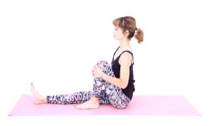 床に両足を伸ばして、長座姿勢になります。お腹を腰に引き寄せドローイングしながら、骨盤を立たせます。(腰骨→肩→耳のラインを一直線にする)そのまま左ひざを曲げて、かかとをお尻近くに引き寄せ、10呼吸繰り返しましょう