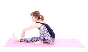左肘をひざ内側に入れ、上体を前かがみにします