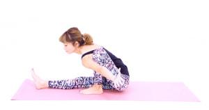 左脇で、すねをはさみ、左腕を後ろに伸ばします。この時、上体を前に倒した方が腕はひざの前に出やすくなります
