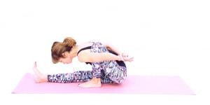 大きく息を吸って上体を伸ばし、息を吐きながら上体を床方向に倒して前屈を深めます。左腕で左ひざを後ろに押し、頭は前に押し出す意識で背骨を伸ばします。動作中は、左足裏が床から浮かないように注意してください