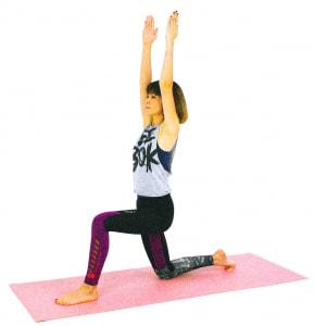 両ひざを床につけ左かかとがひざより前になるように、足を大きく1歩前に出します
