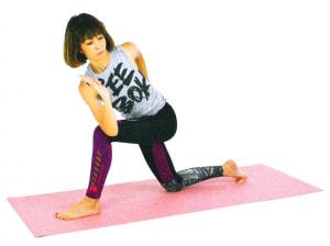 右肘を左ひざにつけ、左手のひらは腰にそえます。ゆっくり吐く息とともにねじりを深めます。この時、左ひざに体重がかかり過ぎて背中が丸まらないように、左ひざが内側に入りすぎないように注意しましょう