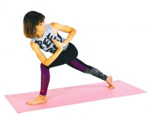 さらに、深い呼吸ができている人は、床につけていた右ひざを床から離します。この時、右ひざが曲がらないように右かかとを後ろに押し出し、膝頭のお肉を意識してみてください。下半身の安定度がアップします