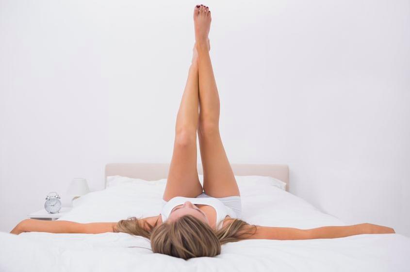 「足が熱くて眠れない」を改善!寝たまま足ストレッチ