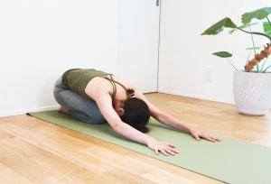 ポーズを解く際は、転げないように注意してください。ゆっくり壁を歩いて戻り、ひざをつきます。しばらく「チャイルドポーズ」をとって休憩し、起き上がりますしょう