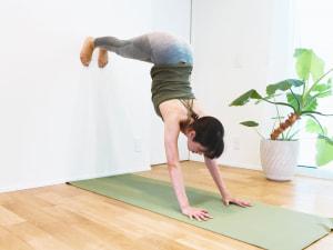 上半身と足が90度になったところでキープしましょう。深い鼻呼吸で、3〜5呼吸繰り返します。内臓が引きあがる感覚を味わいましょう