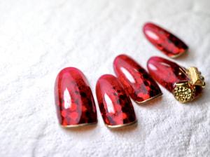 赤もマットカラーより、クリアカラーがおすすめです。ホログラムを埋め込んで奥行き感をプラスすると、とてもゴージャスなデザインになります
