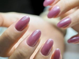 そんな時には、クリアなくすみカラーをチョイスしてツヤ感をプラスしましょう。指先から手肌まで透明感のある手に仕上がります