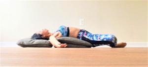 高さが低めの枕やクッションの場合は、胸の下の位置にくる2番目のクッションを2つ重ねて少し高さを出すようにすると、より胸が開いて気持ちいいですよ