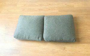 クッション、もしくは枕を並べます