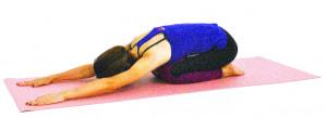 両手を床につけて前に伸ばし、頭も床につけて首の後ろを伸ばします。肩の力を抜き、そのままゆっくりお腹での呼吸を繰り返しましょう