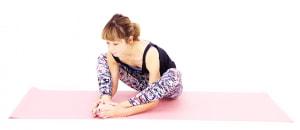 動作(1)のように両手で足首を掴んでもOKです。もしくは、ひざの下に両手を入れて外側から足の甲を包み込むようにしましょう