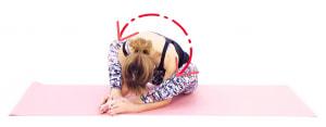 そのまま上半身を左右に大きく揺すりながら、臀部や太もも裏(ハムストリングス)の筋肉を緩めます