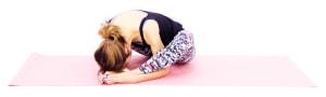 ゆっくり額を足の上に乗せるイメージで、上体を深く前に倒します。そのまま10呼吸繰り返し、股関節周辺から身体の裏側をゆっくりストレッチします