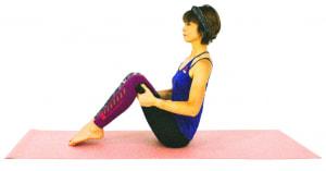 床に体育座りのように座り、両手の平をひざ裏にそえます