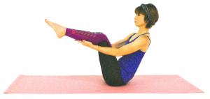 両手の平をふくらはぎにそえて、両つま先をひざの高さに引き上げて5呼吸繰り返しましょう。上半身の姿勢を変えず、肩に力が入り過ぎないようにバランスをとってください
