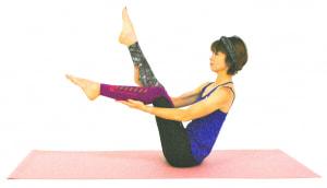 右つま先を天井方向に伸ばします。足の筋力が弱い人は、手のひらで押してもOKです。お腹や腰の体幹部から、つま先まで均等に力を入れるように意識しましょう。右足を前に向け直し、左つま先も天井方向に伸ばします