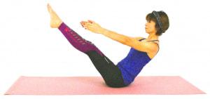 さらに、両手を伸ばせる人はまっすぐ前に伸ばします。大きな丸いボールを抱えているような意識で肩周りの力を抜いてください。そのまま5呼吸キープします